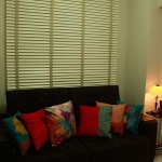Persiana de Madeira Branca Country Woods Hunter Douglas Luxaflex com fita decorativa